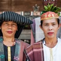 Batak Frauen in Tracht
