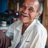 Gut gelaunter alter Mann im Dorfcafe