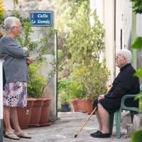 Zwei ältere Damen beim Plausch in den Gassen von La Caleta