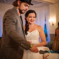 Das Brautpaar beim Anschneiden der Hochzeitstorte