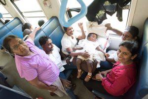 Singalesische Familie auf der Rückfahrt